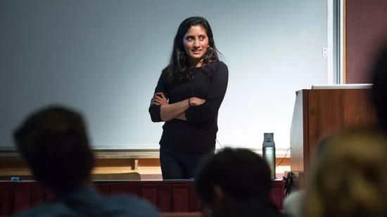 马哈德夫出席10月上旬在加州大学伯克利分校举办的计算机科学研讨会;之后,她在巴黎举行的计算机科学基础学术报告会上发表了演讲。