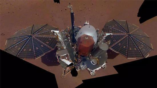 洞察号的第一张自拍,拍摄于12月6日,由11张照片拼接而成。来源:NASA/JPL-Caltech [4]