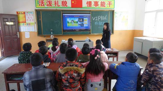 为了开拓孩子们的视野,蔡明镜引入了网络课程。受访者供图