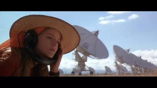 (《超时空接触》剧照,女主在全世界最大的矩阵式天文台监听外太空信号)