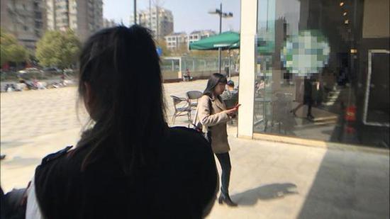 陈丹向记者讲述她的珍爱网经历。钱江晚报 图