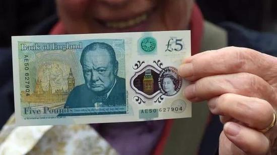 温斯顿·丘吉尔爵士出现在5英镑钞票上