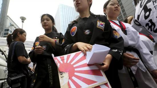 韓國民眾在街頭抗議日本的經濟制裁。
