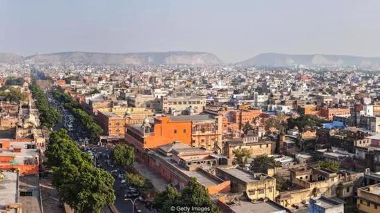 在印度斋普尔,夏季气温可达到40度以上