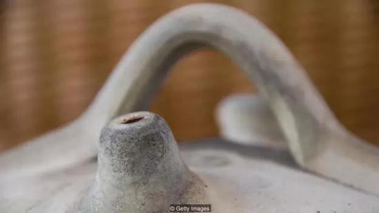 装在botijo陶罐中的水可以渗出罐体,从而实现蒸发制冷