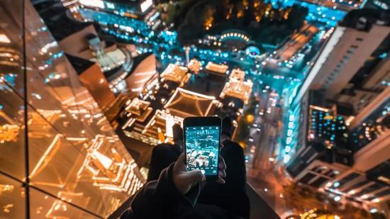 现在,一部手机就是你的全世界。/unsplash