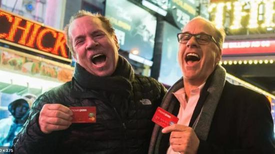 △ MoviePass CEO Mitch Lowe(左)和Heliosand Matheson公司CEO Ted Farnsworth(右),图源:MoviePass/Reuters