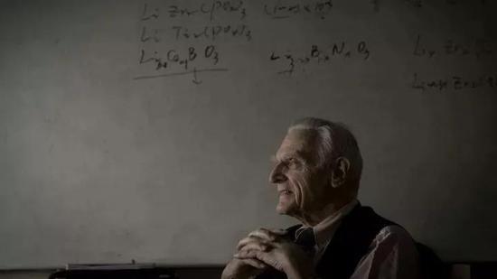 """被誉为""""锂电池之父""""的古迪纳夫,今年已经97岁。图片来自网络"""