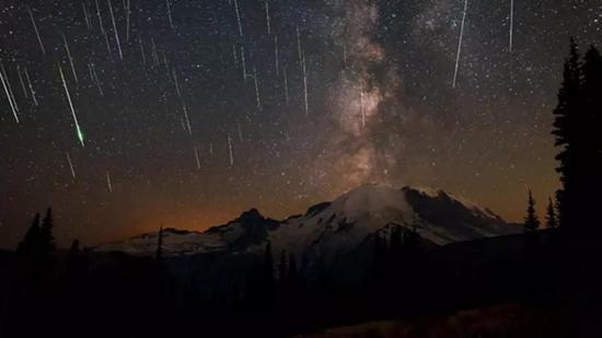 美丽迷人的流星雨(图片来源:https://www.nationalparks.org/connect/blog/making-most-perseid-meteor-shower)