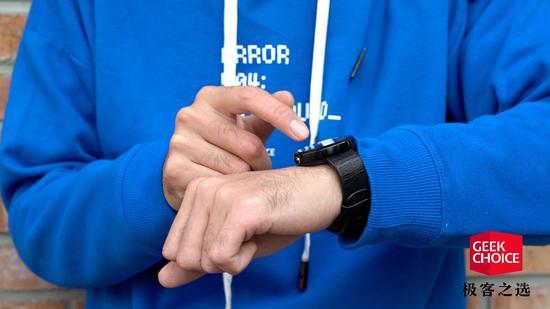 这款Moto打造的圆形智能表 五年前引发了手表刷机热