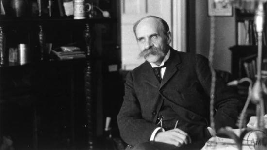 1920年,约翰・霍尔丹在牛津的实验室内(John Scott Haldane)