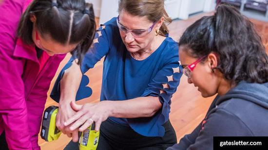 ▲梅琳达参观旧金山的女孩手工坊(Girls Garage)。在那里, 9 到 17 岁的女孩可以学习如何建造和设计自己的项目。