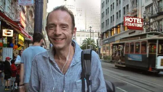 在街头微笑的乐观的 Timothy