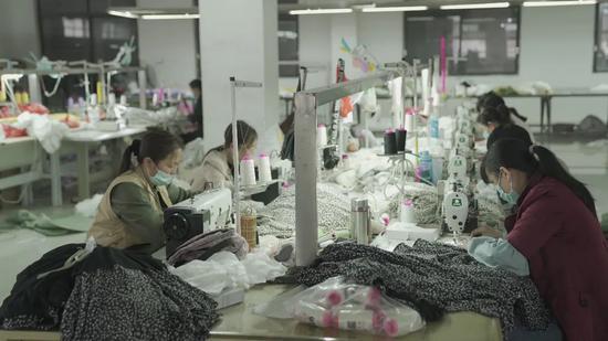 淘宝直播自救以来,南村镇的服装工厂已经开工。