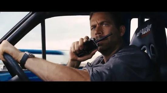 《速度与情感》中保罗·沃克扮演的角色正在行使海能达对讲机