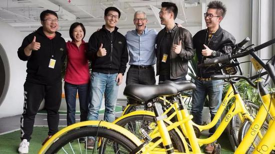 2017年,戴威(左三)迎接苹果CEO库克