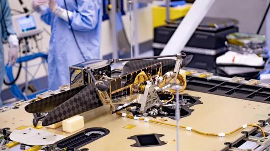火星直升机被折叠放入火星车腹部,图片来源:NASA