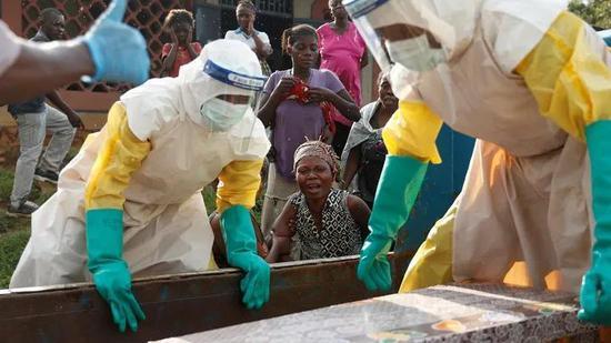 埃博拉疫情下的医护人员与当地居民 | Theatlantic.com