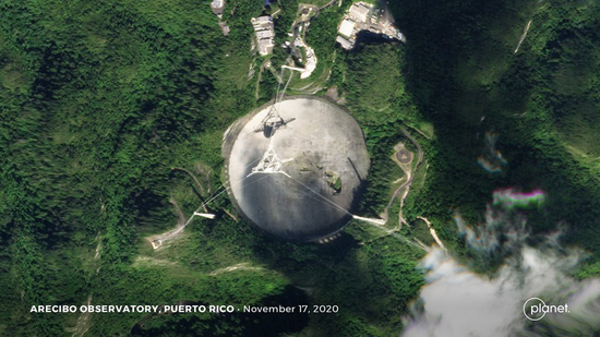 阿雷西沃最新卫星照片,可以看到缺口下方的绿色植被(图片来源:Planet Labs, Inc。)