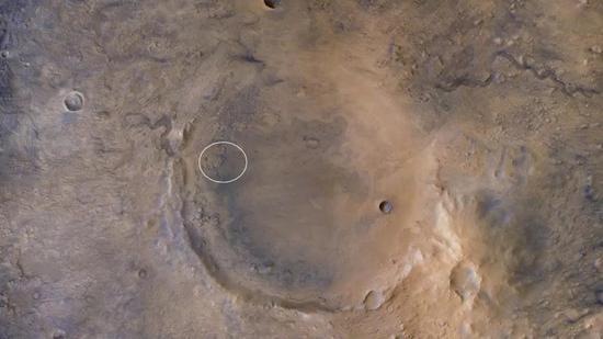 杰泽罗撞击坑全景,白圈是毅力号的着陆椭圆范围|NASA/JPL/MSSS/JHUAPL/ESA/DLR/FU Berlin/Justin Cowart
