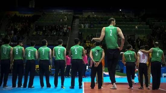 身高2.46米的伊朗坐式排球运动员 Morteza Mehrzad。图片来源:rolling without limits