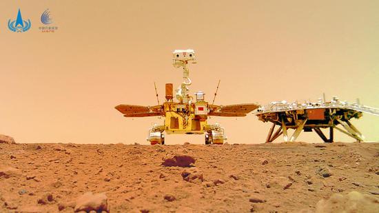 """""""着巡合影""""图,摄影:""""祝融号""""火星车"""