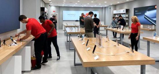 中国智能手机品牌在全球舞台上的竞争力不断增强,图为小米在西班牙开设的首家授权实体店。(《西班牙人报》网站)