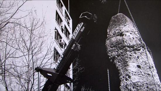 """""""瑙鲁之家""""的象征性磷矿石被从门口移开"""