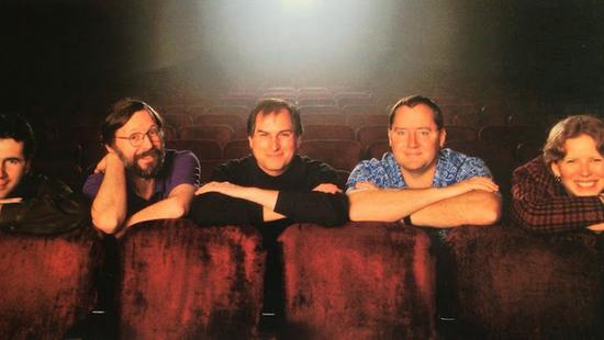 乔布斯和皮克斯高管合影,他左边是卡特姆,后边是拉塞特|皮克斯