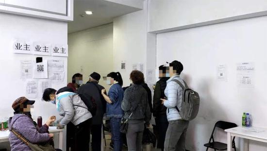 正在登记信息的业主们 来源:每经记者 王佳飞 摄