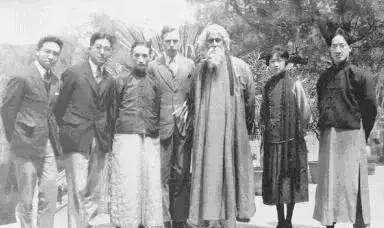 图注:泰戈尔访华期间与徐志摩(右一)、林徽因(右二)等人合影