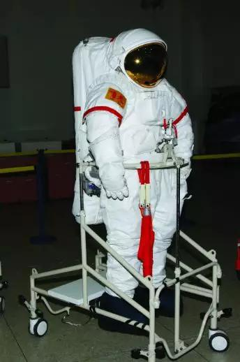《航天服在航天任务中是怎样保护航天员安全的?》