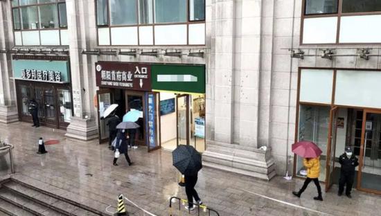 11月18日,前来咨询的人们已被松散至各区 每经记者 王佳飞 摄