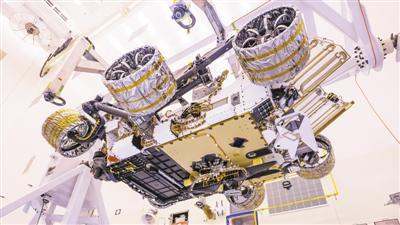 """美国肯尼迪航天中央,火星直升机被装配在""""毅力号""""火星探测器的腹部。这架火星直升机将在""""毅力号""""火星探测器抵达火星外貌之后,被安放在火星外貌。视觉中国供图"""