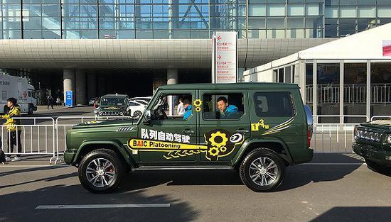 10月18日,国家会议中心外的自动驾驭车队展现。拍摄:唐俊