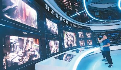 浙江兆丰机电工作人员在工厂数字大脑中心通过5G技术观看汽车轮毂轴承自动化生产设备生产产品及检测分析过程。 龙 巍摄(人民视觉)