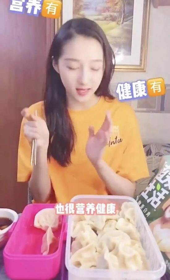 """关晓彤在视频中强调植物肉""""营养健康""""   来源 / 视频截图"""