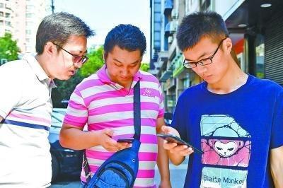 邹先生体验5G网络(图片来源:武汉晚报)