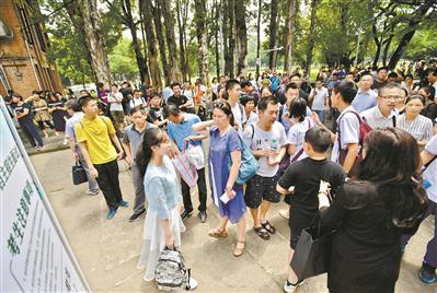 中山大学自主招生考试现场聚集了大量考生和家长。 广州日报全媒体记者 高鹤涛 摄
