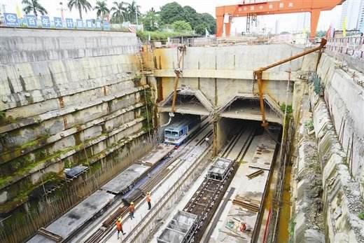 正在进行铺轨作业的地铁施工现场