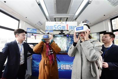 记者戴上VR眼镜,通过5G网络,利用VR全景摄影头,体验实时景象