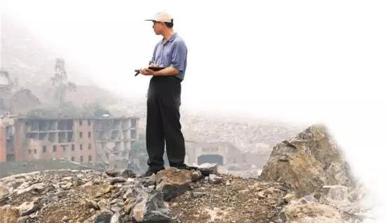 2008年7月10日,崔鹏在汶川地震灾区考察堰塞坝情况(图片来源:科学网)
