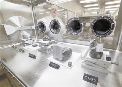NASA約翰遜航天中心的月球實驗室里,展示著阿波羅15、16和17任務期間收集的各種月球樣品。
