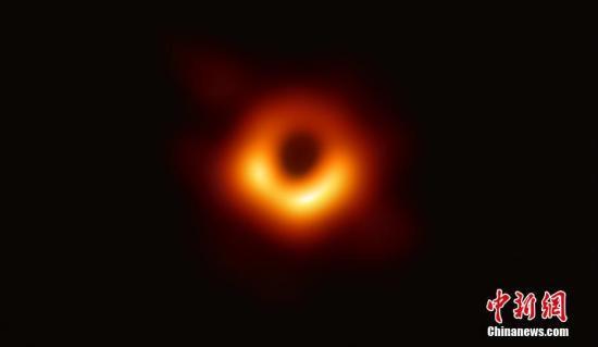 资料图:人类首张黑洞照片。事件视界望远镜合作组织供图