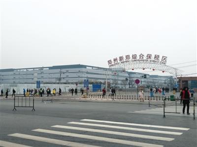 下班的工人陆续走出富士康E区厂区。B06-B07版摄影/新京报记者 陆一夫 实习生 王浩然