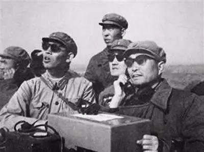 张爱萍将军(右一)在试验场向周恩来总理报告