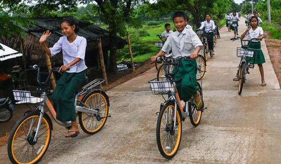 Thae Su Wai�W校收到捐�的�W生/法新社