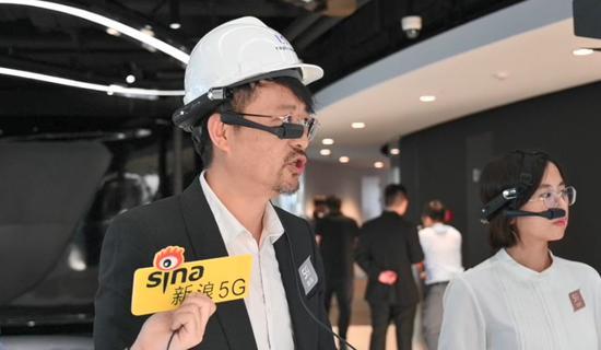 ▲工作人员演示头戴AI计算机