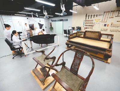 陕西历史博物馆有一座由玻璃幕墙包围的透明展室,文物修复科的修复师在这里有条不紊地操作着各式仪器设备,对文物进行拍摄测量。新华社记者 李一博摄