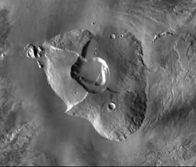 位于火星的奥林帕斯山、是太阳系最高的火山,火山口深约3公里,巅峰高26公里,平均高度22公里